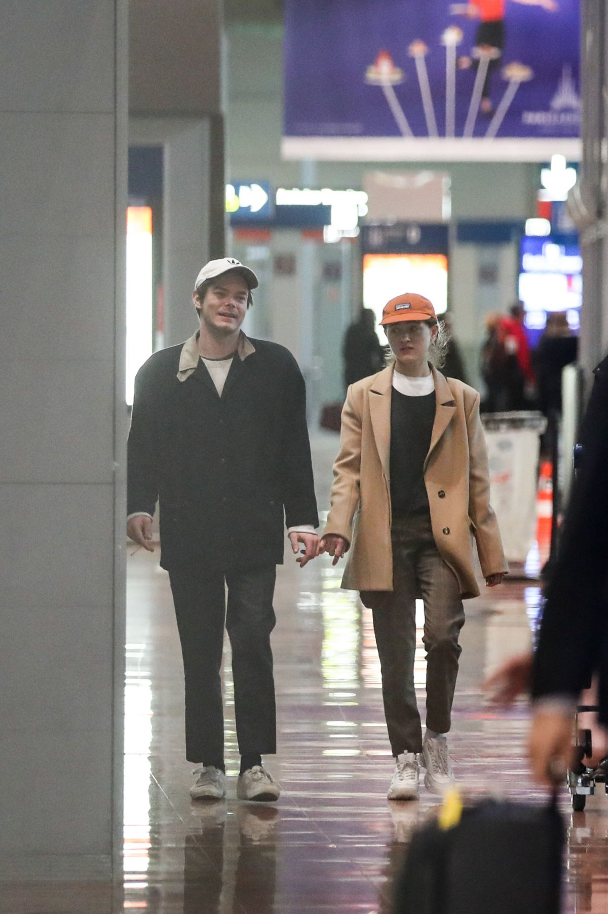Charlie Heaton And Girlfriend Natalia Dyer Arriving At Roissy Cdg Airport Celebzz