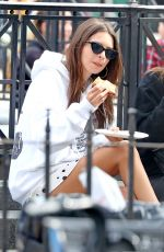 Emily Ratajkowski Grabs a slice of pizza at Joes in NYC