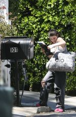 Isabella Giannulli Picks her families mail in Bel Air