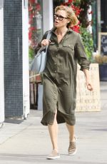 Julie Bowen Stops for lunch at Joand on Third Cafe in Studio City California