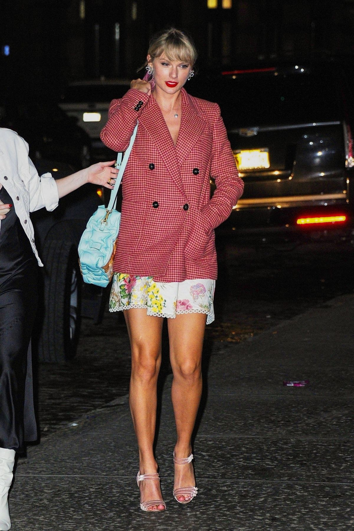 Taylor Swift Returning home in NYC - Celebzz