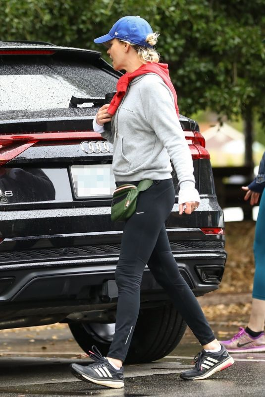 Elizabeth Banks Out for a hike in Los Angeles