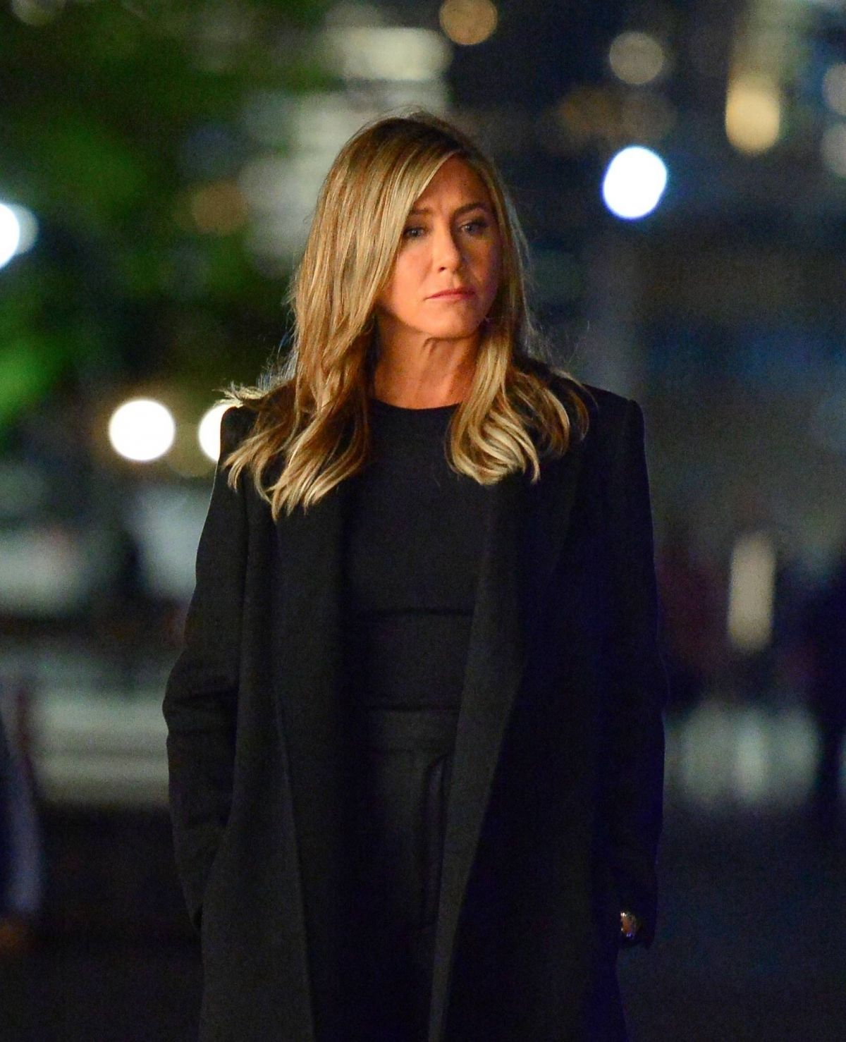 jennifer aniston films a scene for her upcoming movie in. Black Bedroom Furniture Sets. Home Design Ideas