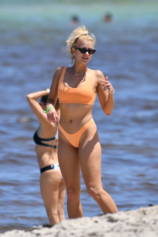 Sabina Gadecki Shows off her bikini body in Miami