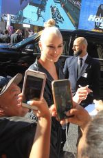 Lindsey Vonn Signs autographs at the