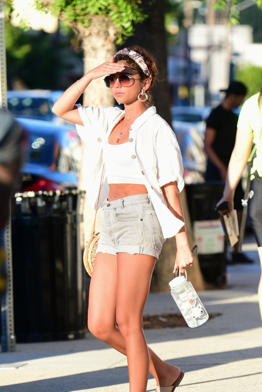 Sarah Hyland Out on a shopping trip in Los Angeles