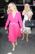 Jennie Garth & Tori Spelling Outside
