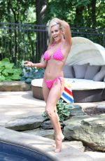 Jenny McCarthy Keeping her Cool with Uncle Bud`s CBD Sunburn Soother, Los Angeles