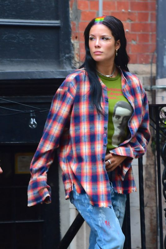 Halsey Out in New York - Celebzz