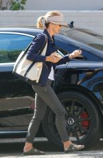 Lori Loughlin Tries to go incognito in a large visor as she visits a therapist, Los Angeles