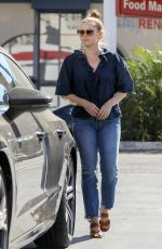 Amy Adams Steps out in Los Angeles