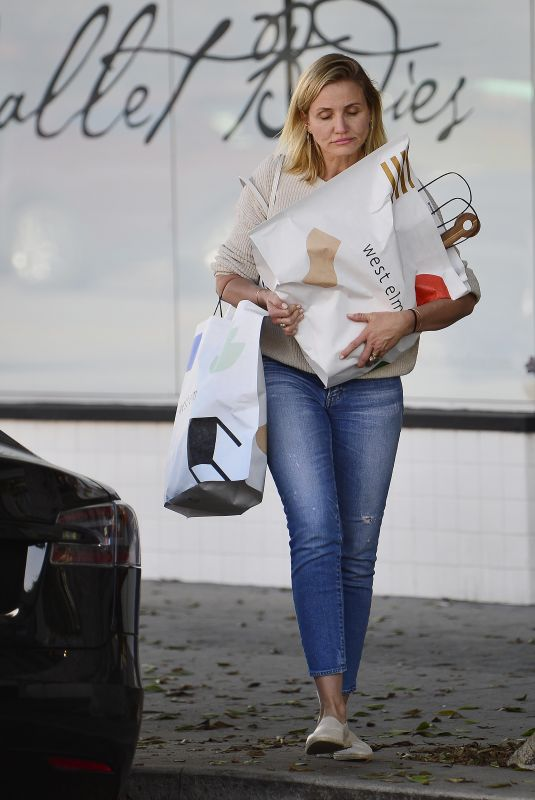 Cameron Diaz Goes furniture shopping in Los Angeles