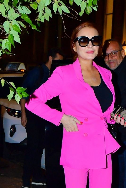 Lindsay Lohan Blows kisses as she steps out from The Mercer Hotel in New York for dinner