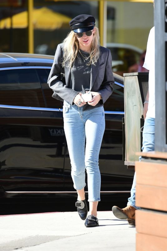Miley Cyrus Out for lunch in Los Angeles