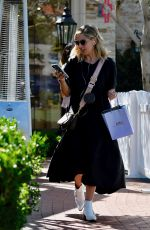 Sarah Michelle Geller Went to lunch with a friend, Brentwood