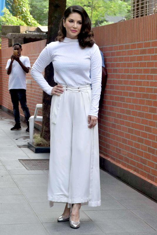 Sunny Leone Arriving at her home in Mumbai