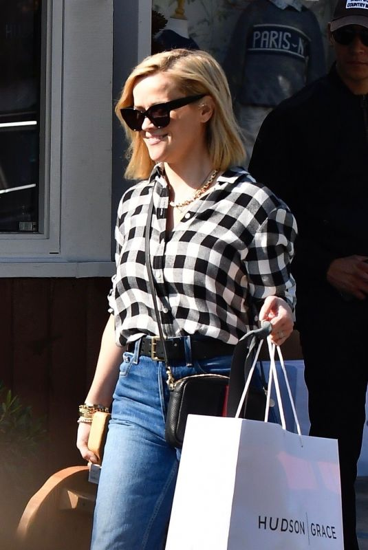 Reese Witherspoon Getting an early start on her Christmas shopping in Brentwood