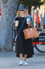 Sarah Michelle Gellar Gets her morning coffee at Blue Bottle Coffee in Santa Monica