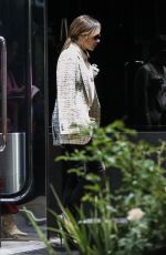 Victoria Beckham Shops for jewelry at XIV Karats with makeup artist Ken Paves and a girlfriend