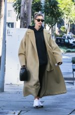 Hailey Bieber Stops at a coffee shop after her morning workout