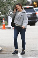 Jennifer Garner Is all smiles while on the phone arriving at the Brentwood Country Mart