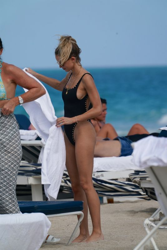 Kaitlynn Carter In a black swimsuit at the beach in Miami