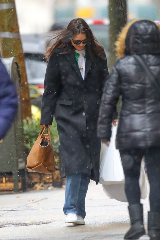 Katie Holmes Braves the snow while arrives back home, after shopping for some Christmas Decoration in New York