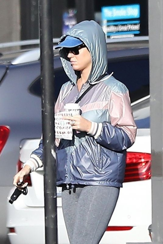 Katy Perry Grabs a bite and drink at a Starbucks in Hollywood