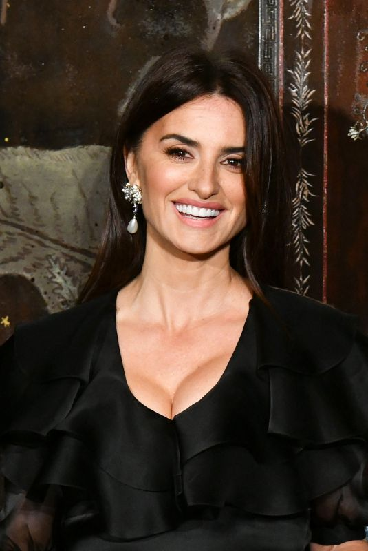 Penelope Cruz Attends the photocall of the Chanel Metiers d