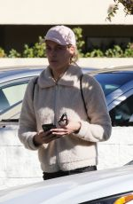 Peta Murgatroyd Keeps a low profile while getting her nails done