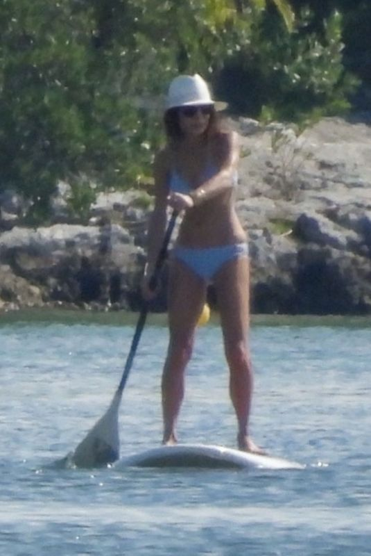Bethenny Frankel With a paddle board workout in Cancun