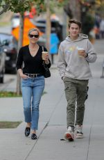 Reese Witherspoon Has lunch at Le Pain Quotiden in Brentwood
