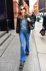 Cindy Crawford Wearing not fashionable sandals