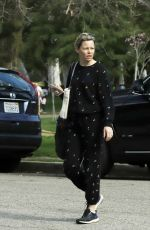 Elizabeth Banks Stops for an iced coffee in Los Angeles