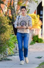 Jennifer Garner Tends to a text while running errands this afternoon in Brentwood