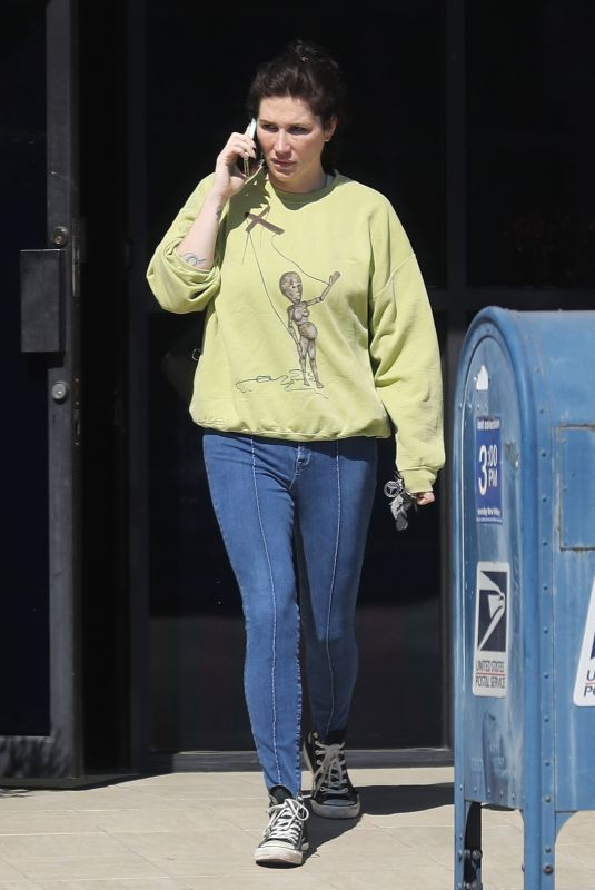 Kesha Exits a building while on her phone in Los Angeles