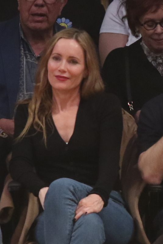Leslie Mann Attends a basketball game between the Los Angeles Lakers and the New Orleans