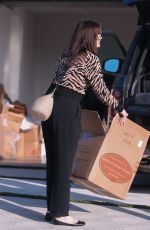 Liv Tyler Taking out boxes and suitcases from her new house in Malibu