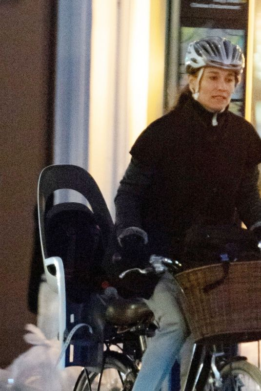 Pippa Middleton Spotted with new L130 Hamax child seat while out in London