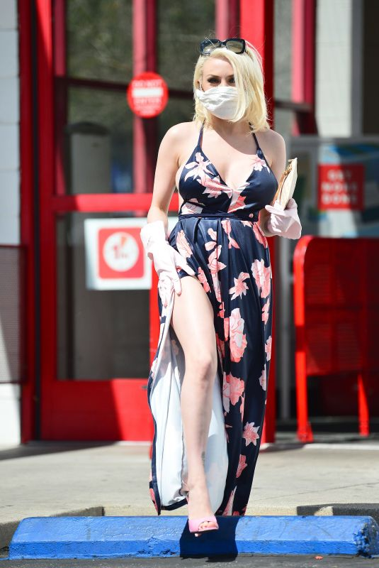 Courtney Stodden Wearing a home made corona virus mask and a pair of washing up gloves in Los Angeles