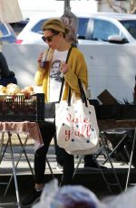 Elizabeth Banks Shopping at the farmers market on Sunday in Studio City