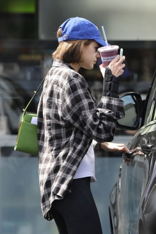 Kaia Gerber Grabs some healthy juice at Earth Bar in West Hollywood