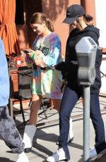 Olivia Jade Giannulli Grabs lunch with friends as her mother