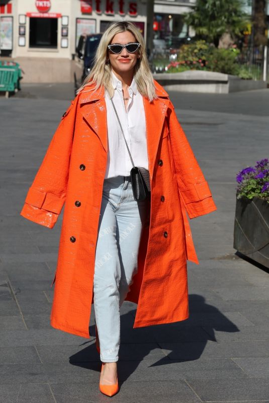 Ashley Roberts Dressed in a casual while leaving the Global studios for her Smooth Radio show in London