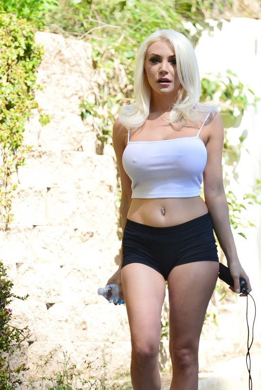 Courtney Stodden Out to do a light work out before heading back inside on Covid-19 Lock down