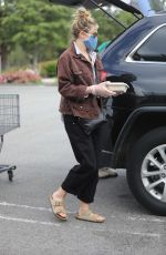 Elizabeth Olsen And boyfriend Robbie Arnett walk back to their cars after grocery shopping at Erewhon organic in Calabasas