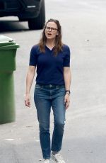 Jennifer Garner Goes for a walk with her daughter in Los Angeles