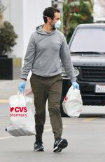 Kristen Wiig and Fiancee Avi Rothman Head Out in Face Masks and Rubber Gloves for a Shopping Trip