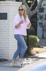Molly Sims Receives a delivery from Pizzana during stay-at-home order