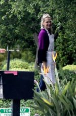 Molly Sims Stepped outside her home to chat with a neighbor still wearing her apron in Lows Angeles